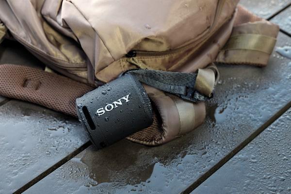 Slika prijenosnog bežičnog zvučnika ispod vode kojom se prikazuje otpornost na vodu.