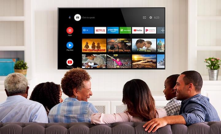 Obitelj pretražuje zabavne sadržaje na Android TV-u