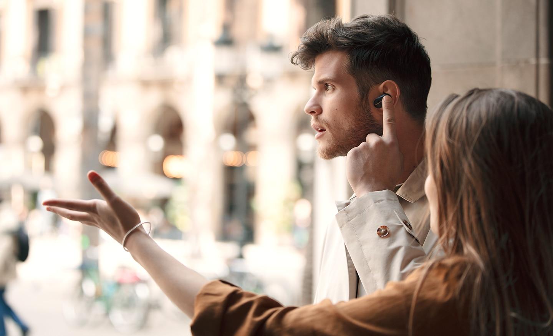 Stilska slika muškarca koji aktivira funkciju Quick Attention na slušalicama WF-1000XM3.