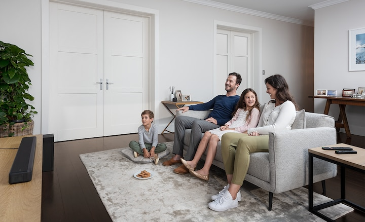 Obitelj u dnevnoj sobi uz HT-G700