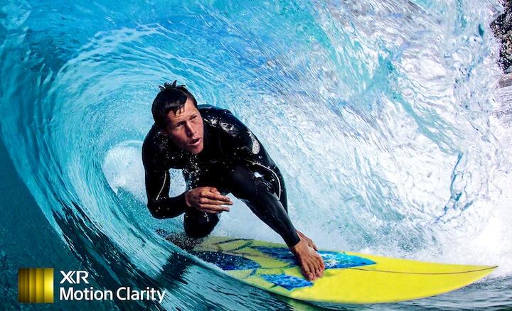Slika surfera s prikazanim detaljem vala bez zamućenja