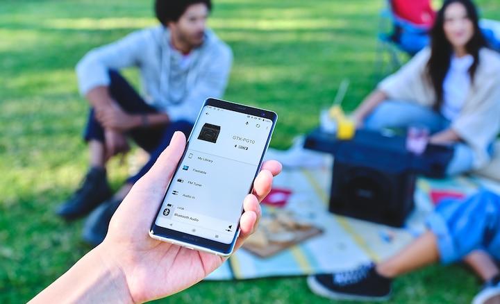 Pametni telefon koji se povezuje sa zvučnikom GTK-PG10 putem aplikacije Fiestable