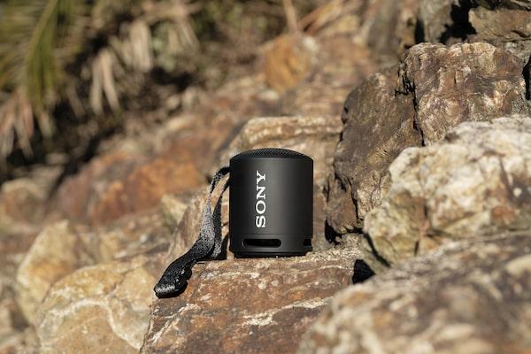 Slika prijenosnog bežičnog zvučnika XB13 EXTRA BASS(TM) na udaljenoj lokaciji